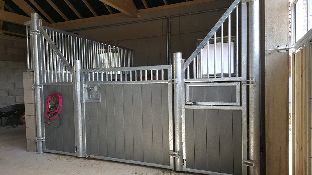 Fa ade de box pour chevaux mod le girafe doitrand equestre - Porte de box pour chevaux a vendre ...